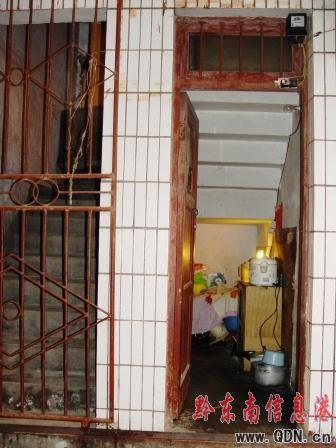 """1平米楼梯间 一家三口""""蜗居""""两年"""