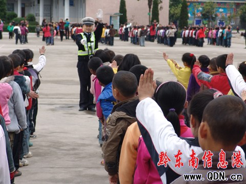 施秉小学生学交通指挥手势操增强自我保护意识