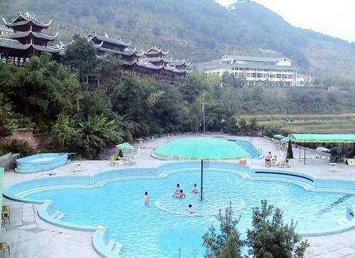 剑河温泉位于贵州省凯里市剑河县城20公里的320国道公路旁,距天门洞