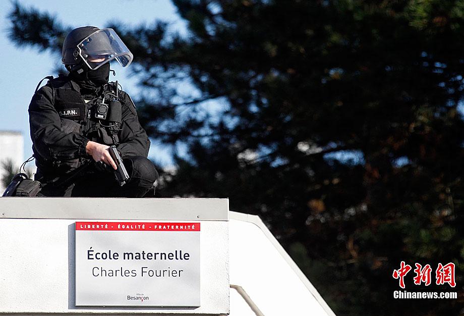 法国特警成功解救幼儿园被劫持儿童
