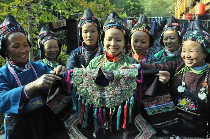 刺绣苗族女能手传承民族文化