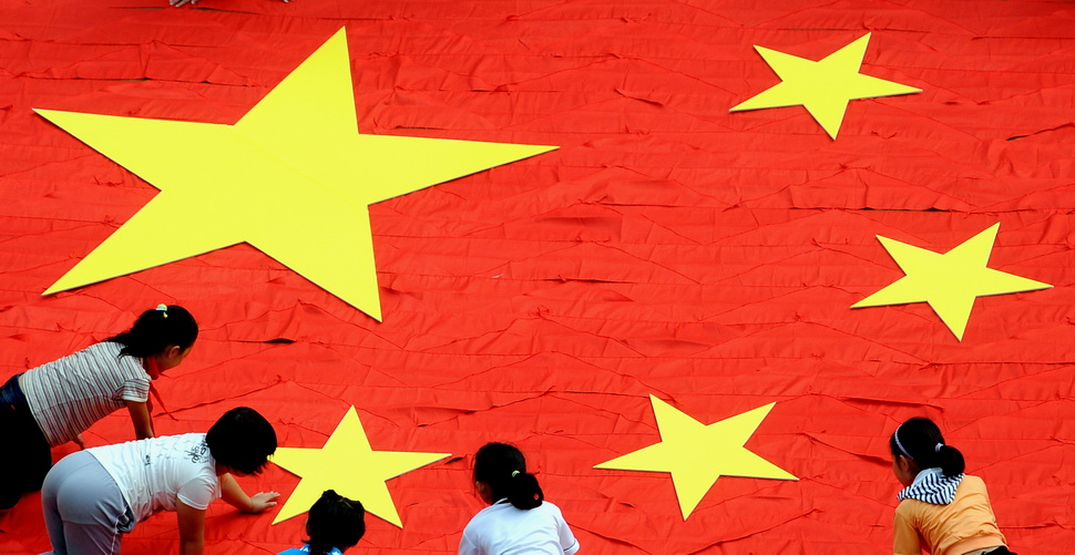 572条红领巾拼出巨型五星红旗