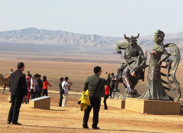 新疆火焰山景区铁扇公主铜像被摸胸部掉色