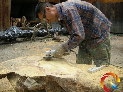 他的根雕作品曾远销贵阳,广西,福建等地,成为当地致富能手.(杨茂)