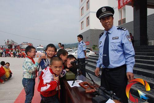 公安局这次活动的主要内容有参观警营,观看该局大练兵活动展板