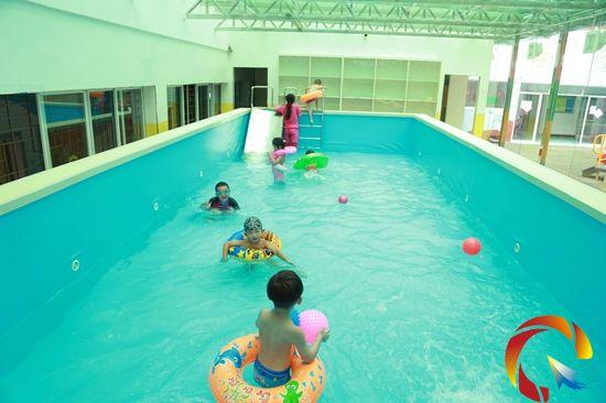 现在更有参与活动可获取幼儿园恒温游泳券的好福利。恒温泳池,也叫室内恒温游泳池,游泳池的水的温度保持在26-28度,适合人体的温度,小朋友畅游其中欢笑响不停。快快邀请你周围的小朋友来参加活动吧,给孩子们一个完美愉快暑假,更多丰盛礼品等你拿!凯里丰球亲子幼儿园恒温泳池等你来哦!