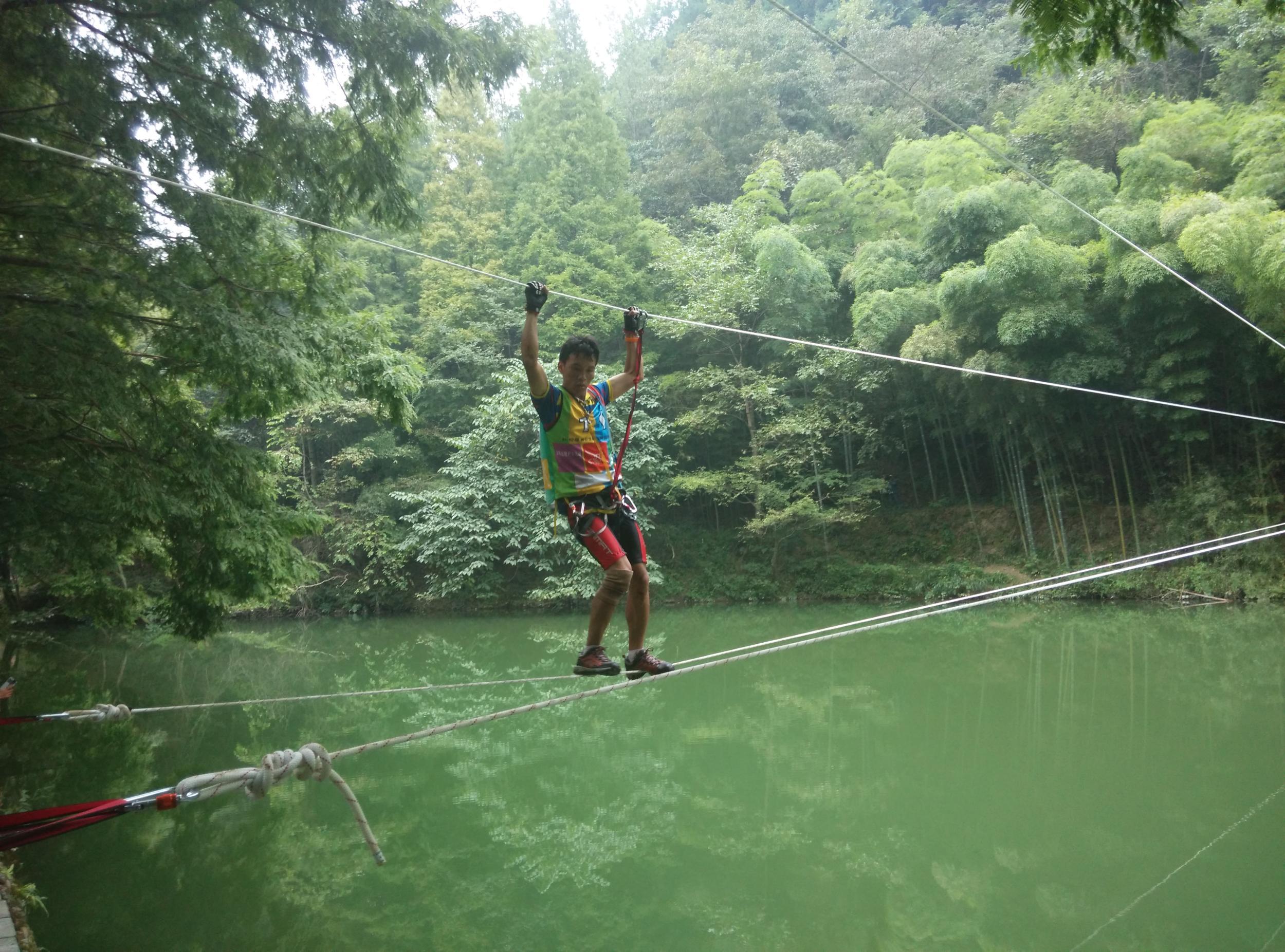 """在瓮安朱家山森林公园举行的""""缅甸桥""""越野技能比赛"""
