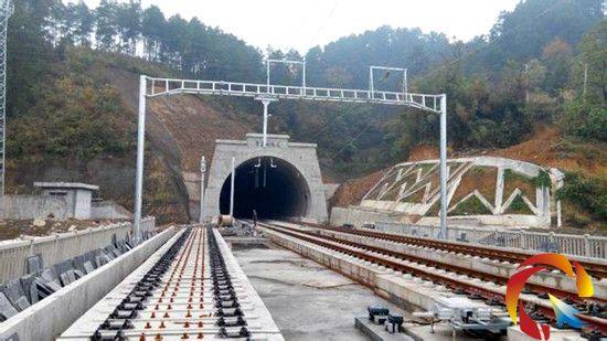 轨道办获悉,沪昆高铁黔东南段正在进行铺轨工作,为年底启动联