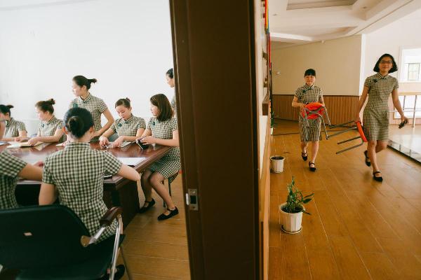 幼儿园所有的教师身穿尽显线条美的旗袍,让孩子们在教学中体会传统