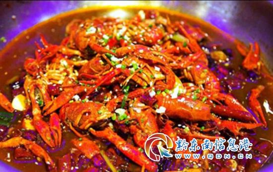 小编和朋友点了几份海鲜,包括大虾,炒螃蟹等,然后主锅就是酸汤牛肉.