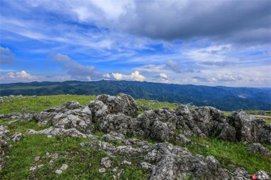 西凉山位于贵州省威宁彝族回族苗族自治县城西部的双龙乡,面积70
