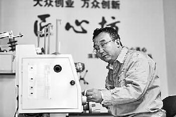 電力一線(xian)工(gong)人張黎明堅(jian)守初心的(de)故事