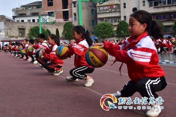"""丹寨:玩转""""花式篮球"""" 乐享健康校园(图)"""