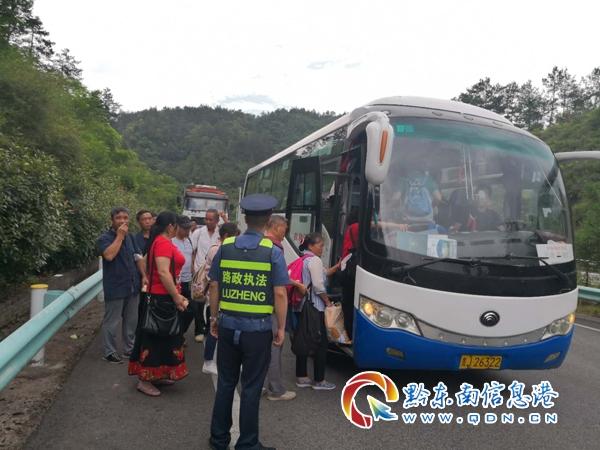旅游客车高速路上故障30余人受困 交警及时救助