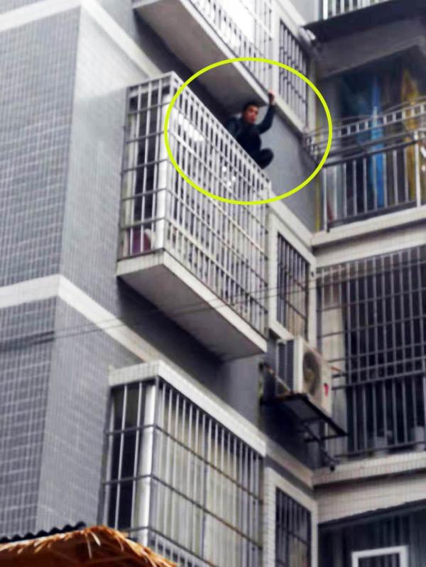 三穗吸毒男子拒捕爬窗欲逃跑 民警耐心将其规劝下来