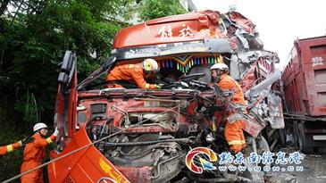 兩車相撞車頭(tou)嚴重變形,天柱(zhu)消防火速救援